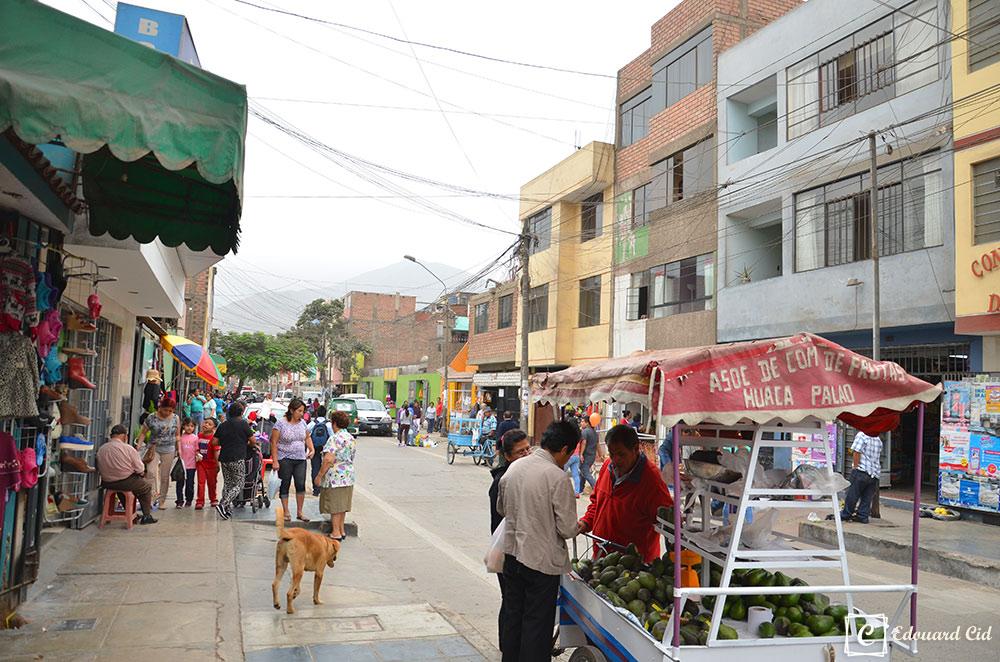 Marché dans un quartier populaire de Lima