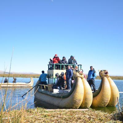 De même les bateaux uros sont faits de roseaux