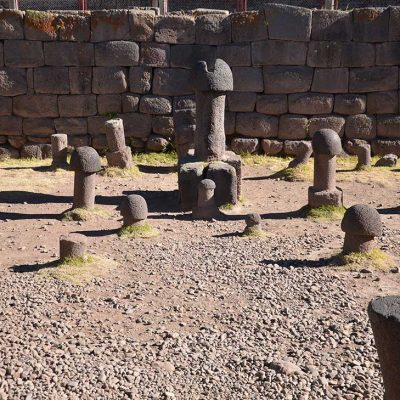 Statues en forme de penis à Chucuito
