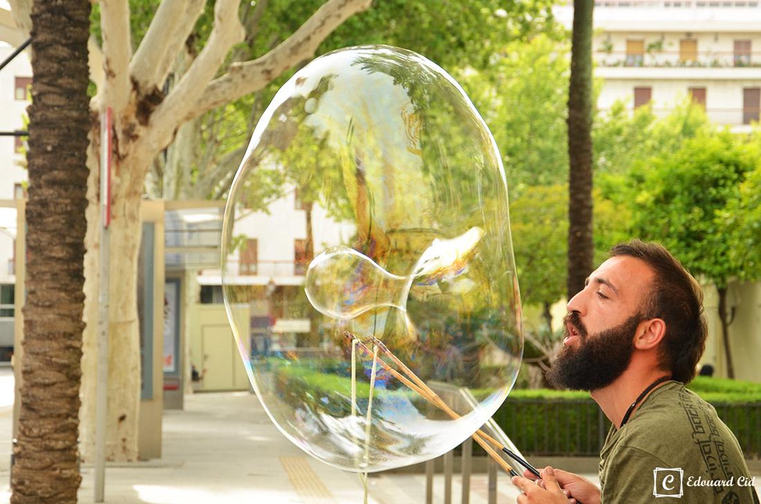 Gentilhomme fait des bulles
